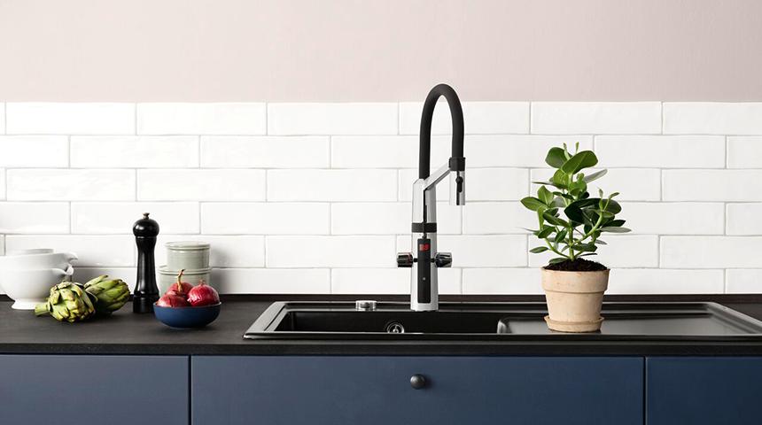 Eine hybride Küchenarmatur mit Sensor vereint das Beste aus zwei Welten – die Vorteile der berührungslosen Funktion mit der Zweckmäßigkeit eines Einhebelmischers.
