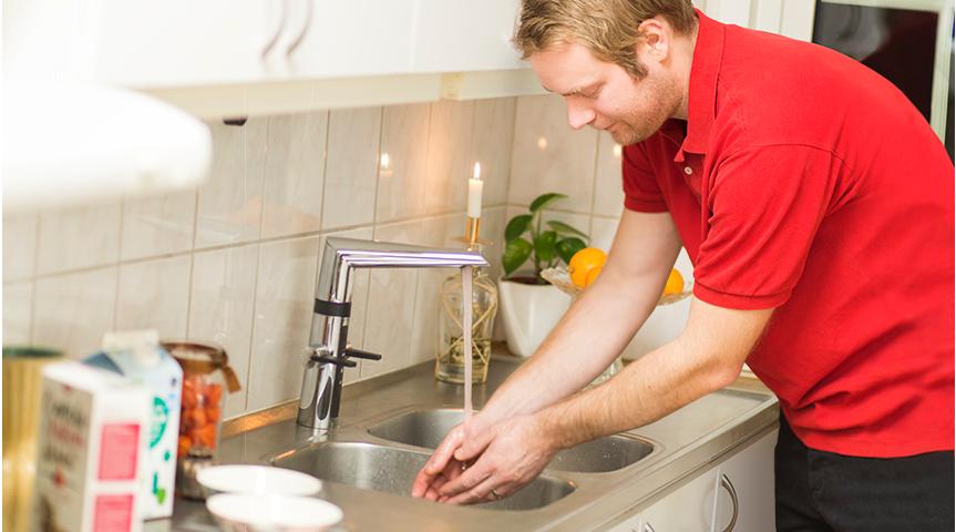 Hybride Küchenarmaturen können manuell und über berührungslose Sensoren bedient werden.