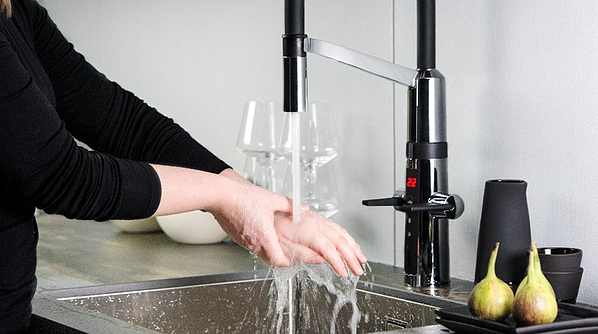 Hybrid faucets enhance safety in the kitchen thanks to temperature control and touchless functions)