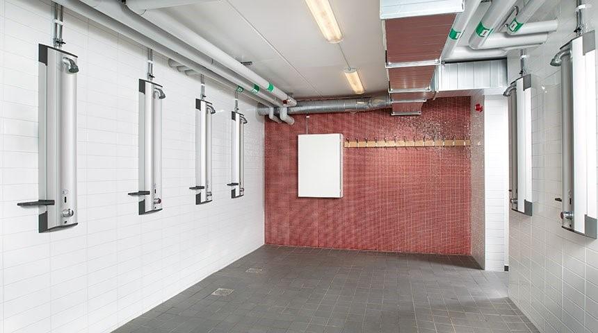 De nombreuses écoles, garderies et centres de remise en forme préfèrent également les robinets intelligents et les douches sans contact avec contrôle caché de la température.