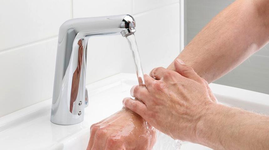 En éliminant la nécessité de toucher le robinet, les robinets intelligents empêchent les flaques de bactéries de s'accumuler autour de celui-ci, ce qui limite la propagation des bactéries de 85%.