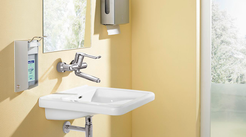 Nástěnná vodovodní baterie HANSAMEDIPRO zaručuje hygienický provoz a její design brání tvorbě bakterií po jejích okrajích.