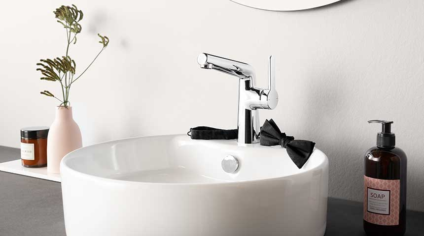 HANSADESIGNO washbasin faucet combined with a vessel sink with integrated faucet installation hole.