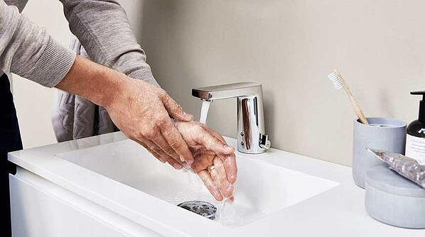 Touchless faucets can save up to 50% in water consumption compared to traditional lever faucets. In the picture: HANSADESIGNO Style touchless faucet