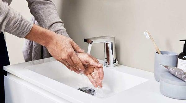 I miscelatori senza contatto possono far risparmiare fino al 50% d'acqua rispetto ai tradizionali miscelatori monocomando a leva. Nella foto: HANSADESIGNO Style