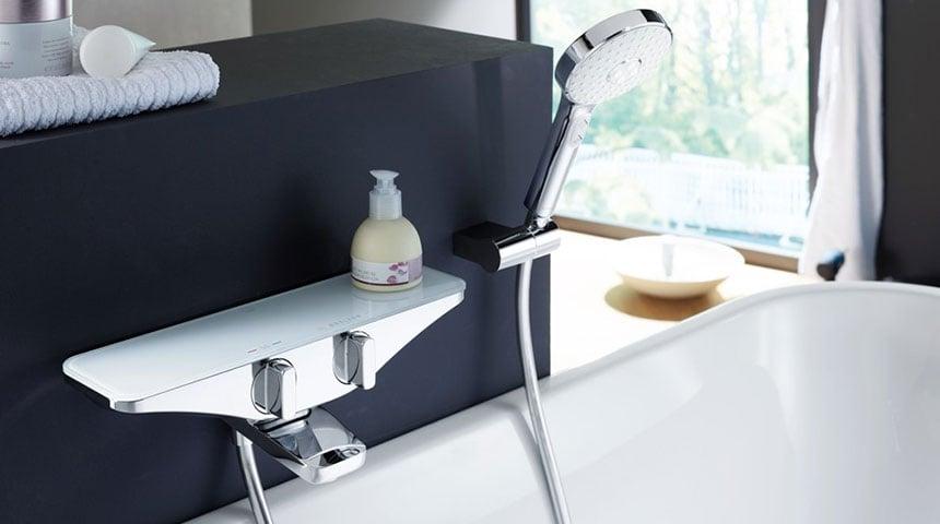 : Pokud je proud vody ze sprchové hlavice nepravidelný nebo je tlak vody nízký, sprchovou hlavici je třeba vyčistit.