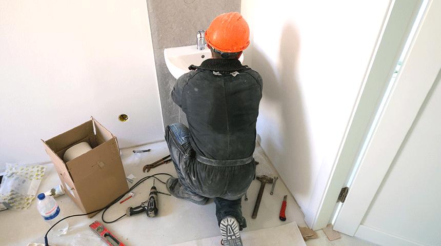 Důležitým krokem před instalací baterie je propláchnutí trubek.