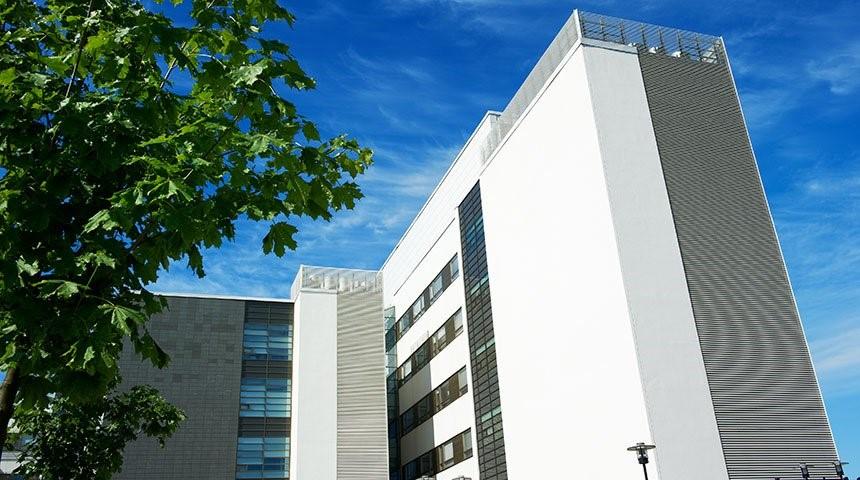 Los hospitales están considerando qué reformas pueden llevar a cabo actualmente para mejorar la seguridad de pacientes y del personal.