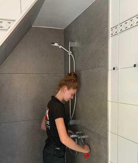 Mit der zwei Meter Regel steht einer angenehmen Dusche trotz Schräge nichts im Weg.  Foto: Hansa Armaturen GmbH / Sandra Hunke