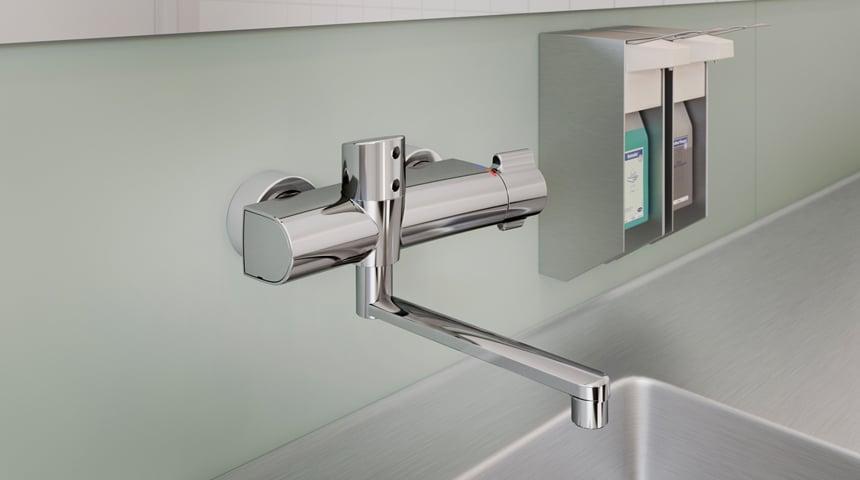 Dank smarter, berührungsloser Bedienung sorgen die neuen HANSACLINICA Thermostate für höchstmögliche Hygiene, Sicherheit und Komfort. Foto: Hansa Armaturen GmbH