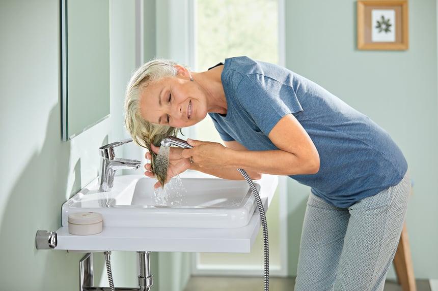 Praktisch am Waschtisch: separate Funktionsbrausen, die sich flexibel als mobile Wasserquelle nutzen lassen. Foto: Hansa Armaturen GmbH