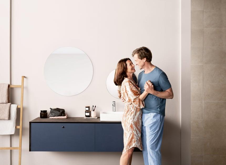 Eine barrierefreie, generationsfreundliche und langlebige Gestaltung des Badezimmers hilft dabei, auch im Alter lange unabhängig zu bleiben. Foto: Hansa Armaturen GmbH