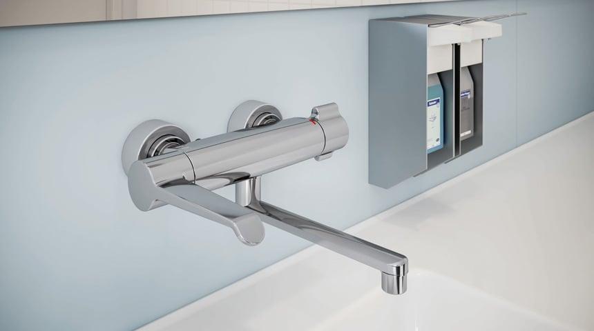 Une garantie en terme de sécurité : le nouveau mitigeur HANSACLINICA – disponible en option avec un bec long et une poignée de débit ergonomique rallongée. Photo: Hansa Armaturen GmbH