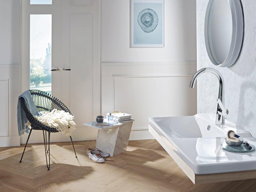Als seitenbediente Variante kombiniert die neue Waschtischarmatur klare, geometrische Formen mit soften Rundungen und moderner Funktionalität. Foto: Hansa Armaturen GmbH
