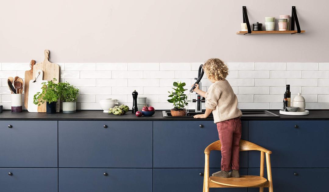 Sicher, komfortabel und vielseitig: Multifunktionale Küchenarmaturen von HANSA sind die perfekten Helfer im bunten Küchenalltag. Foto: Hansa Armaturen GmbH