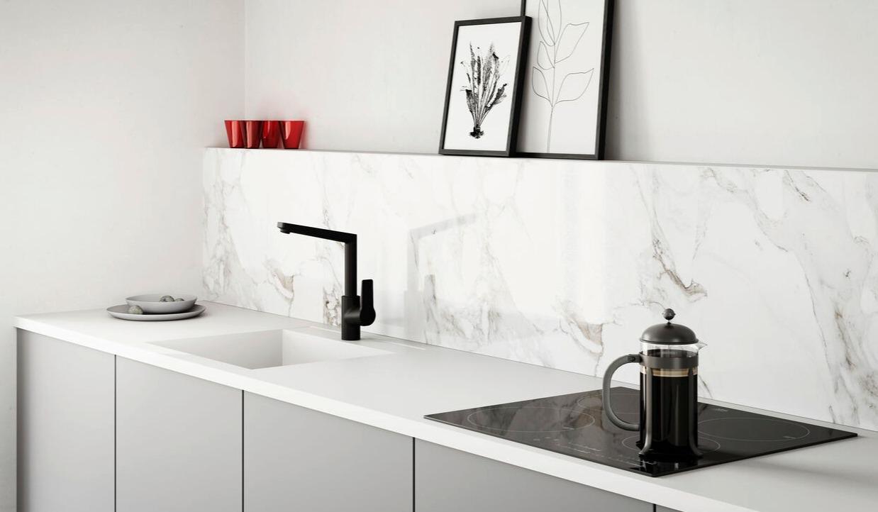 Schwarze HANSATWIST Küchenarmatur mit keramischer Beschichtung in einer weißen Küche.