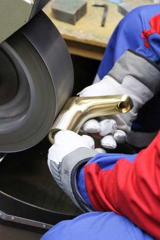 De petites séries de produits spéciaux et certaines réparations peuvent être efectuées à la main pour obtenir un résultat parfait.